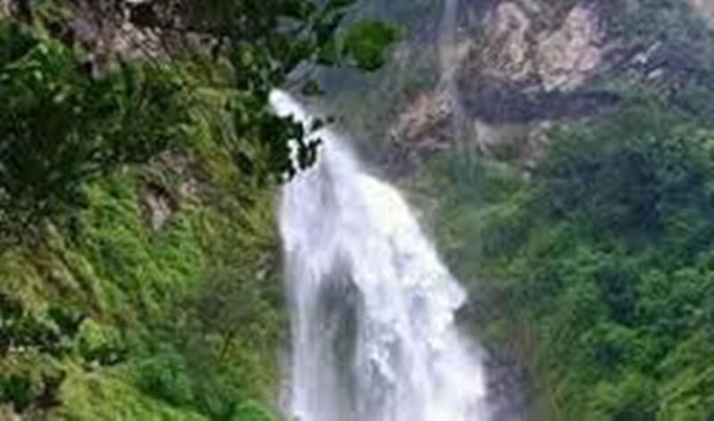 निन्दा झरनामा गर्मी छल्न आन्तरिक पर्यटकको घुइँचो