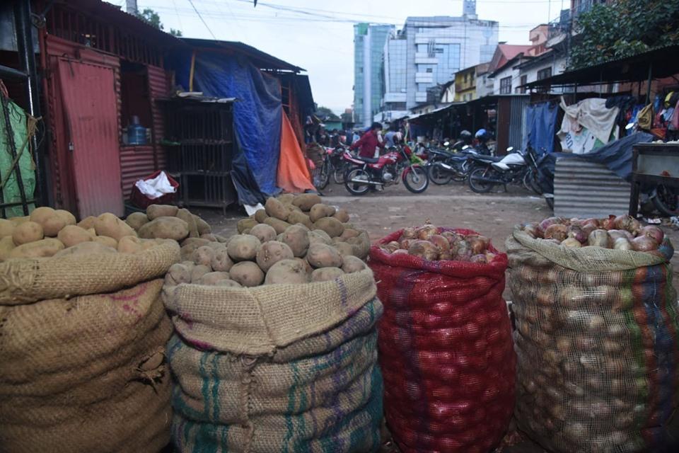 अनुगमन टाेली पुगेपछि तरकारी व्यापारीकाे भागाभाग, केहीले ६० रुपैयाँ किलो प्याज बेचे