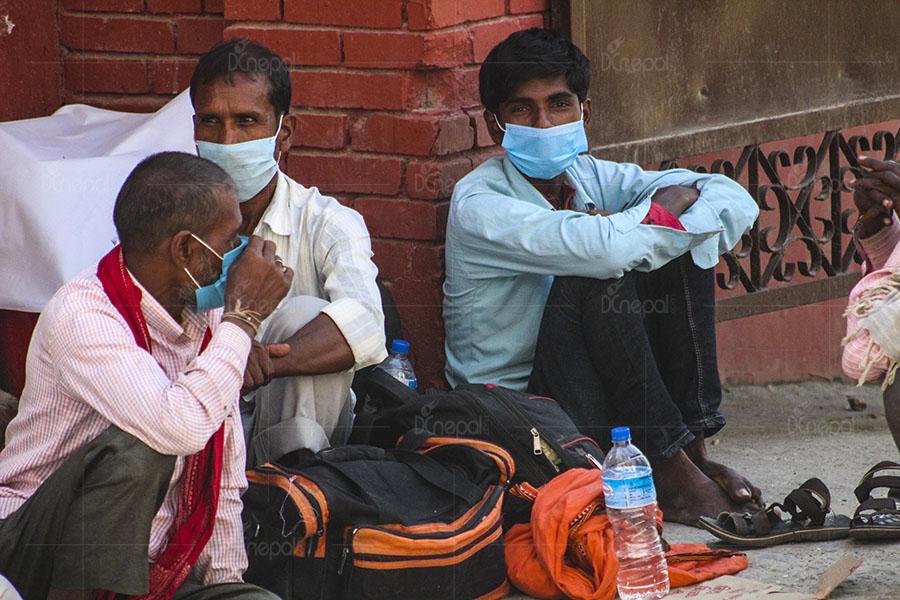 घरबेटीले छिर्न नदिएपछि पीसीआर गराउन अस्पतालको गेटमै बास (फोटो फिचर)
