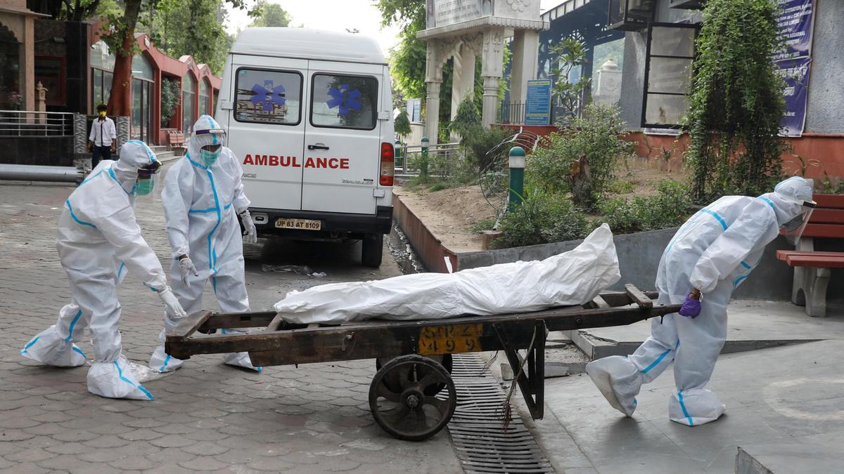 कोरोना संक्रमित गरिबको बेहालः बेड नपाउँदा घरमै मरे, ठेलामा राखेर जलाउन लगियो