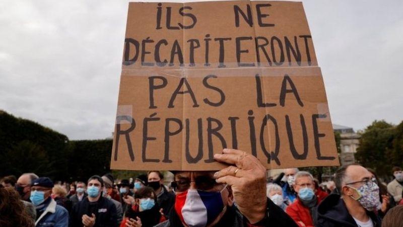 शिरछेदन गरेर हत्या गरिएका शिक्षकको समर्थनमा फ्रान्सभरि जुलुस