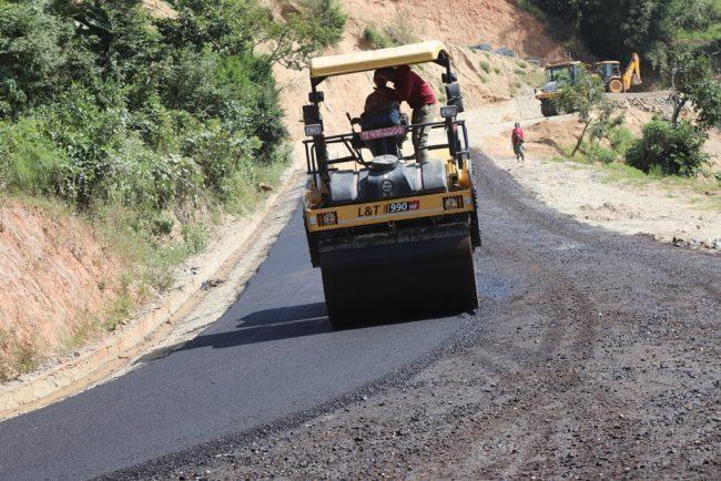 जिल्लामा नै पहिलो 'आसफाल्ड' प्रविधिबाट भोजपुर– टक्सार सडक कालोपत्रे शुरु