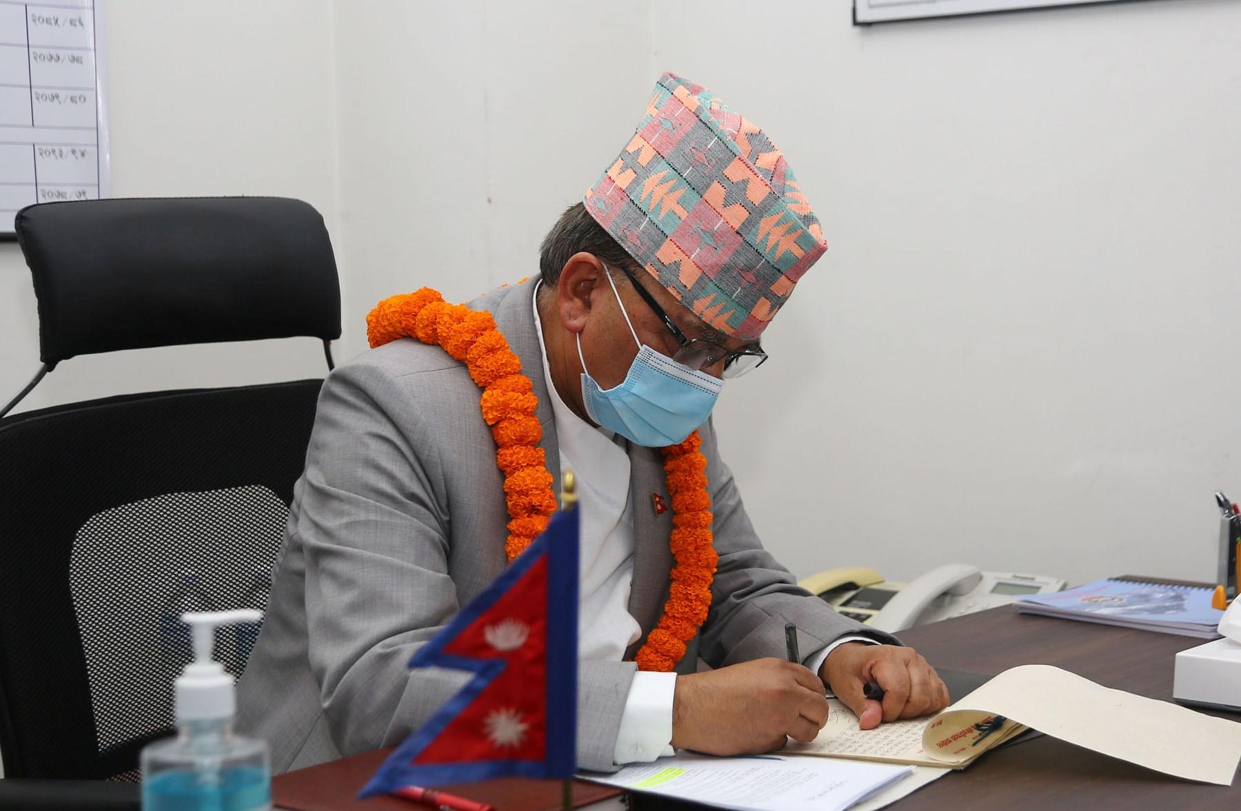 नेकपा विवादबारे ईश्वर पोखरेलको मध्यराति ट्वीट