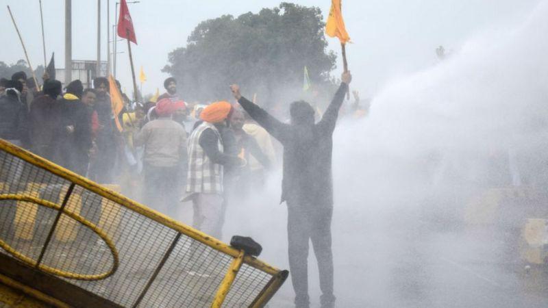 हरियणादेखि दिल्ली पुग्दै भारतीय किसान, सरकारले ल्याएको कानूनको विरोध