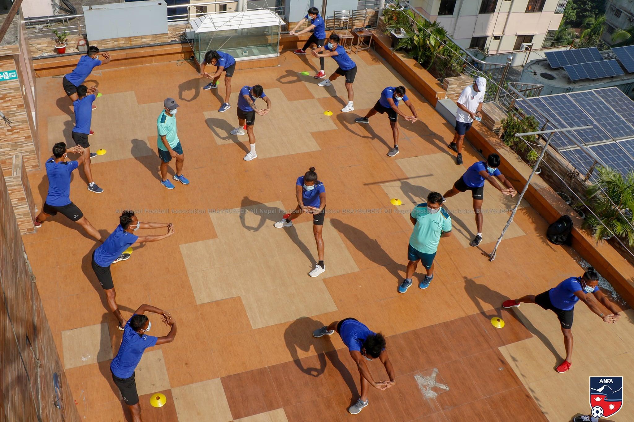 बङलादेश पुगेका फुटबल खेलाडीहरुले होटलमै गरे अभ्यास (फोटो फिचर)