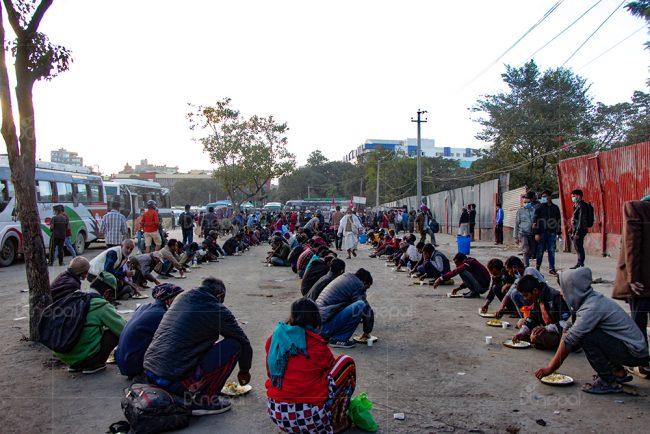 खुलामञ्चमा शैली परिवर्तन गरी खाना खुवाउने काम जारी