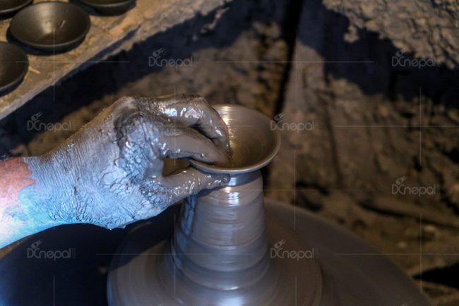 यसरी बनाइन्छ तिहारमा बत्ति बाल्ने माटाकाे पाला (फाेटाेफिचर)