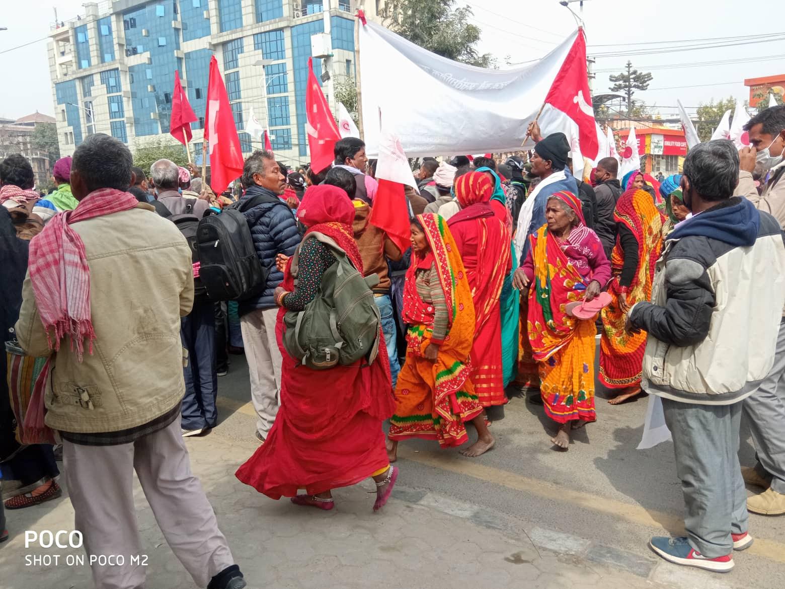 नेकपा  (प्रचण्ड–नेपाल) समूहको आमसभामा सर्वसाधारण खाली खुट्टा सडकमा