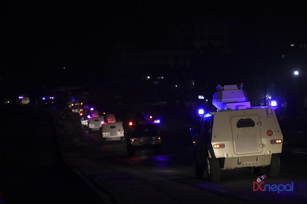 मध्यरातमा सेनाका बख्तरबन्द गाडी सडकमा निस्किएपछि… (फोटोफिचर)
