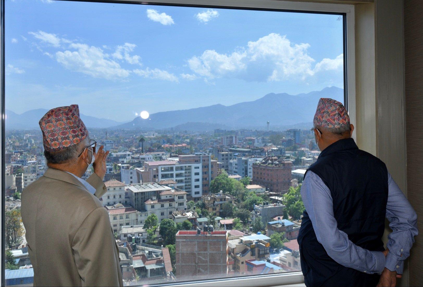 प्रधानमन्त्री ओली र वरिष्ठ नेता नेपालबीच एक्ला एक्लै छलफल हुँदै