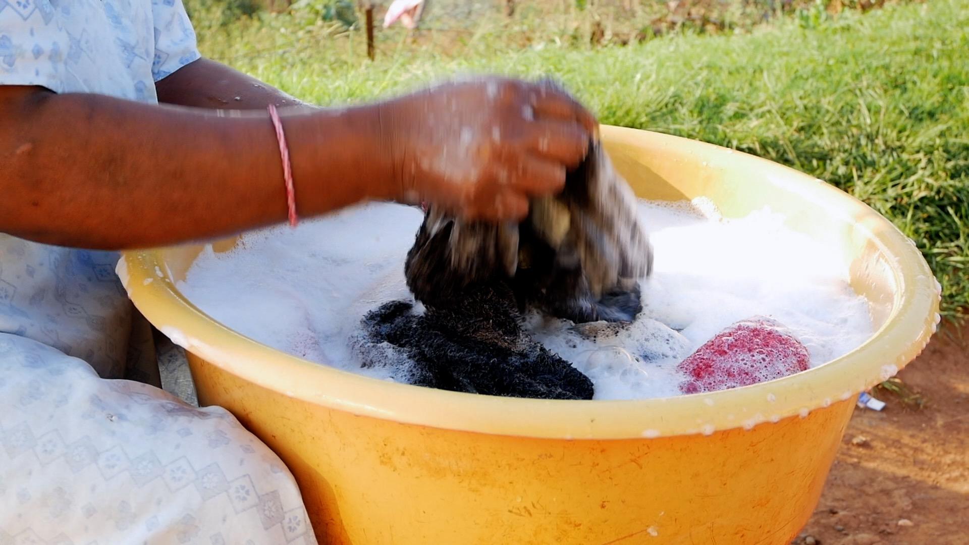 महिलाले कपडा धुँदा ३ अर्ब रुपैयाँ एकैपटक स्वाहा पारेपछि…