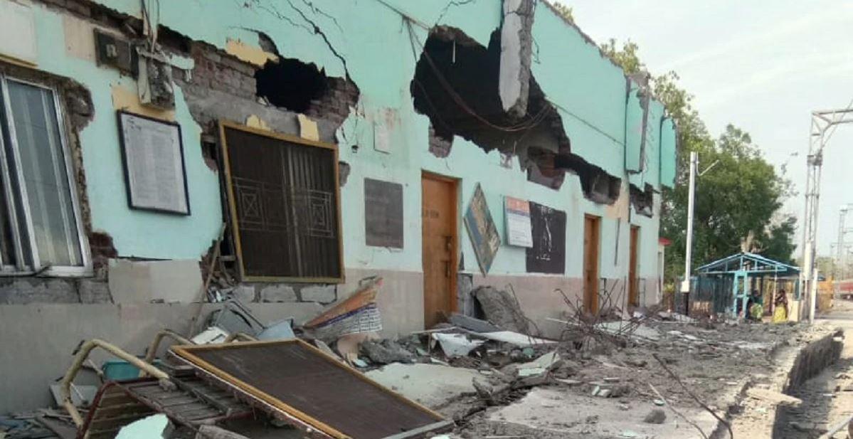 तीब्र गतिमा रेल दौडिँदा 'भूकम्प'जस्तै जमिन थर्किएपछि रेलवे स्टेशनको भवन ध्वस्त