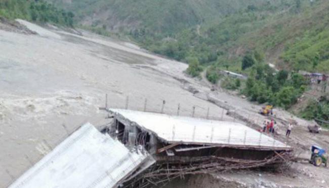 नवलपुरमा बाढीले निर्माणधीन पुल बगायो