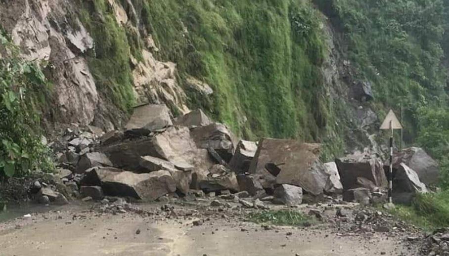 भालुपहाडमा पहिरोः सिद्धार्थ राजमार्ग अवरुद्ध
