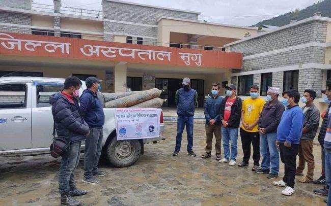 एनआरएनए अफ्रिकाद्वारा मुगु अस्पताललाई अक्सिजन सिलिन्डर सहयोग