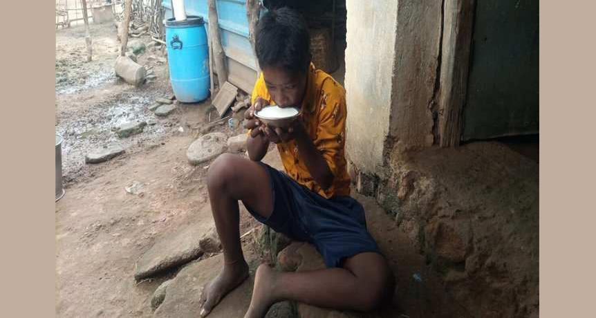 जन्मेदेखि दुधमात्रै खाएर बाँचेका छन् १७ वर्षका किशोर, अन्न खुवाउने सबै प्रयास असफल