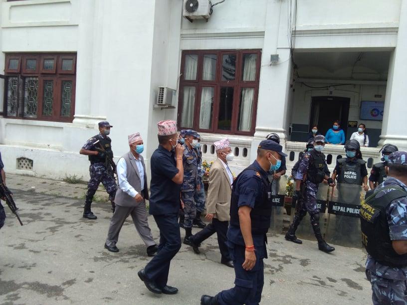 दल दर्ता तथा सनाखतको लागि माधव नेपाल समूह निर्वाचन आयोगमा (फोटोफिचर)