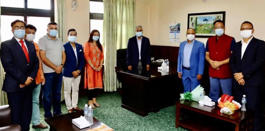 गैरआवासीय नेपाली नागरिकता विधेयक सम्बन्धमा प्रधानमन्त्री देउवासँग छलफल