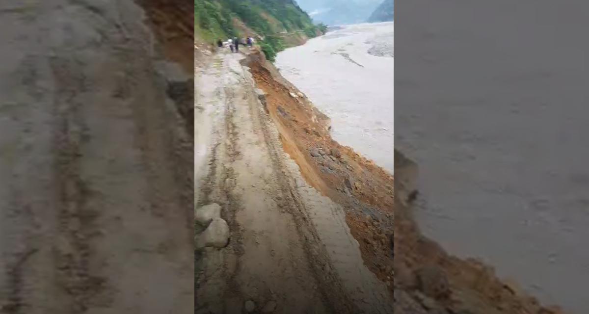 बाढीपहिराेका कारण हेलम्बु राजमार्ग अवरुद्ध