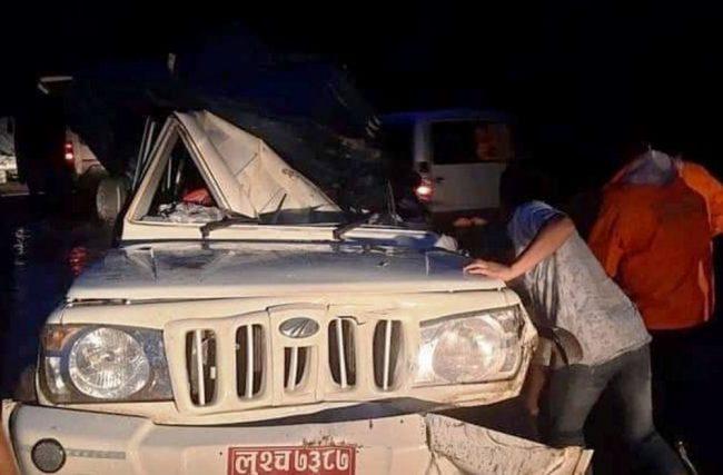 गुडिरहेको जिपमा ढुंगा खस्दा सहचालकको मृत्यु, चालक घाइते