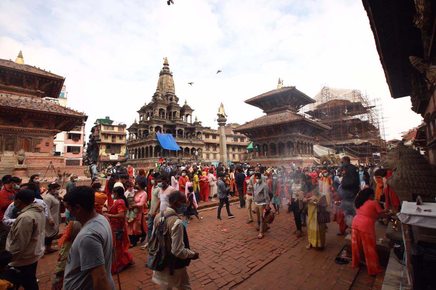 कोरोनाको बेवास्ता गर्दै कृष्ण मन्दिरमा भक्तजनको भिड (फोटोफिचर)