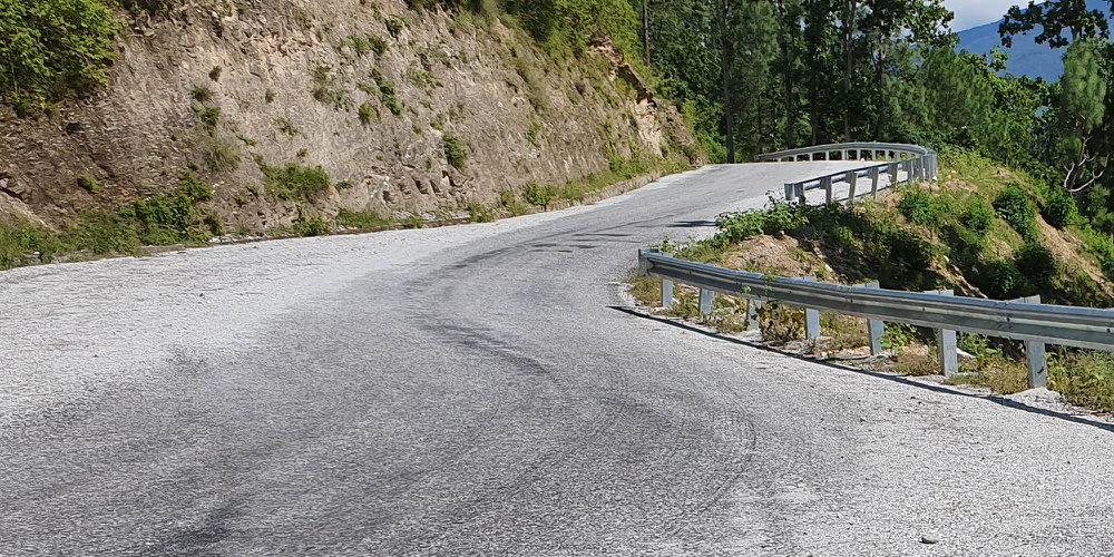चार दिनदेखि अवरुद्ध मध्यपहाडी लोकमार्ग अझै खुलेन