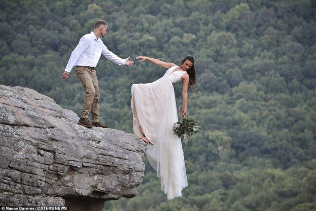'वेडिङ फोटोशुट'का क्रममा १९०० फिट उचाइमा बेहुलीले श्रीमानको हात छोडेपछि…