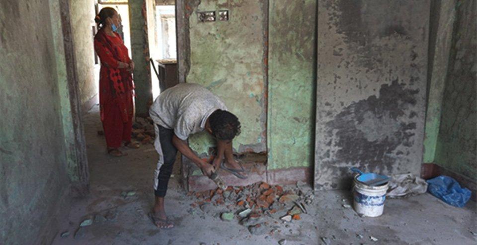 मेलम्चीबासीको पीडाः बगरबाट घर खोतलेर जोखिममै बस्न थाले स्थानीय