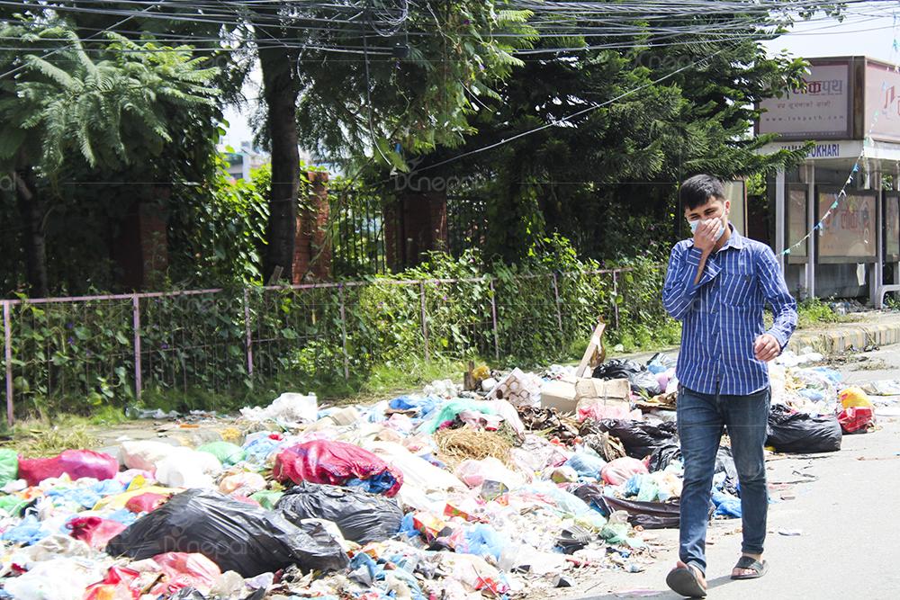 दुर्गन्धित काठमाडौंः सडकमा नाक थुनेर हिँड्दै एक सर्वसाधारण