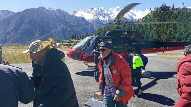 तीन दिनदेखि तुम्लिङ फसेका चार विदेशीको हेलिकाेप्टरमार्फत उद्धार