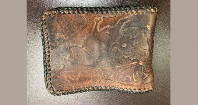५१ वर्ष पहिले हराएको पर्स पुलिसले त्यसका मालिकलाई सुरक्षित फिर्ता दियो