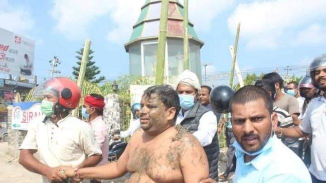 खानेपानी कार्यालय जनकपुरका प्रमुखलाई सिके राउतका कार्यकर्ताले अर्धनग्न बनाएर बजार घुमाए