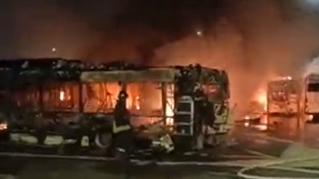 इटालीकाे राेममा आगलागी हुँदा  ३० वटा बस जलेर नष्ट