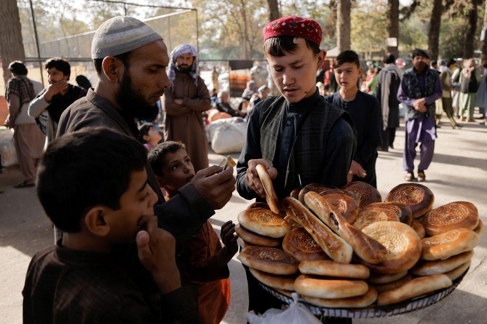 गरिब अफगानीहरुको लागि आकाशबाट पैसाको वर्षा हुने