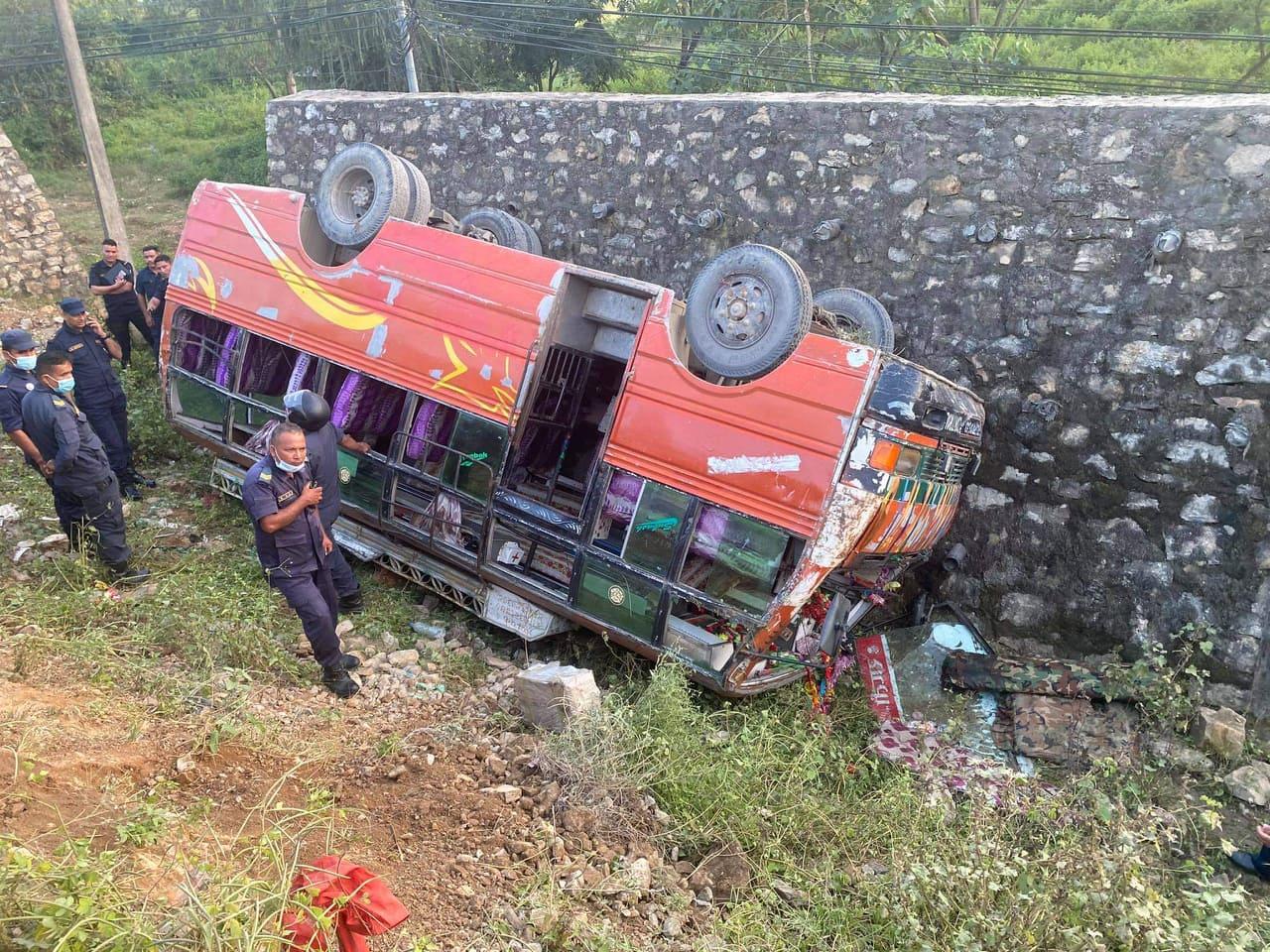 दाङमा बस दुर्घटना, सहचालकको मृत्यु, २१ जना घाइते