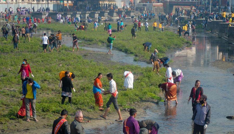 तिलगङ्गामुनिको पहेँलो पुलस्थित वाग्मती किनारमा सफाइ