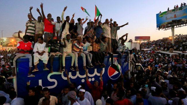सुडान संकटः सेनालाई कु गर्न दुरुत्साहन गर्दै हजारौं मानिस सडकमा उत्रिए
