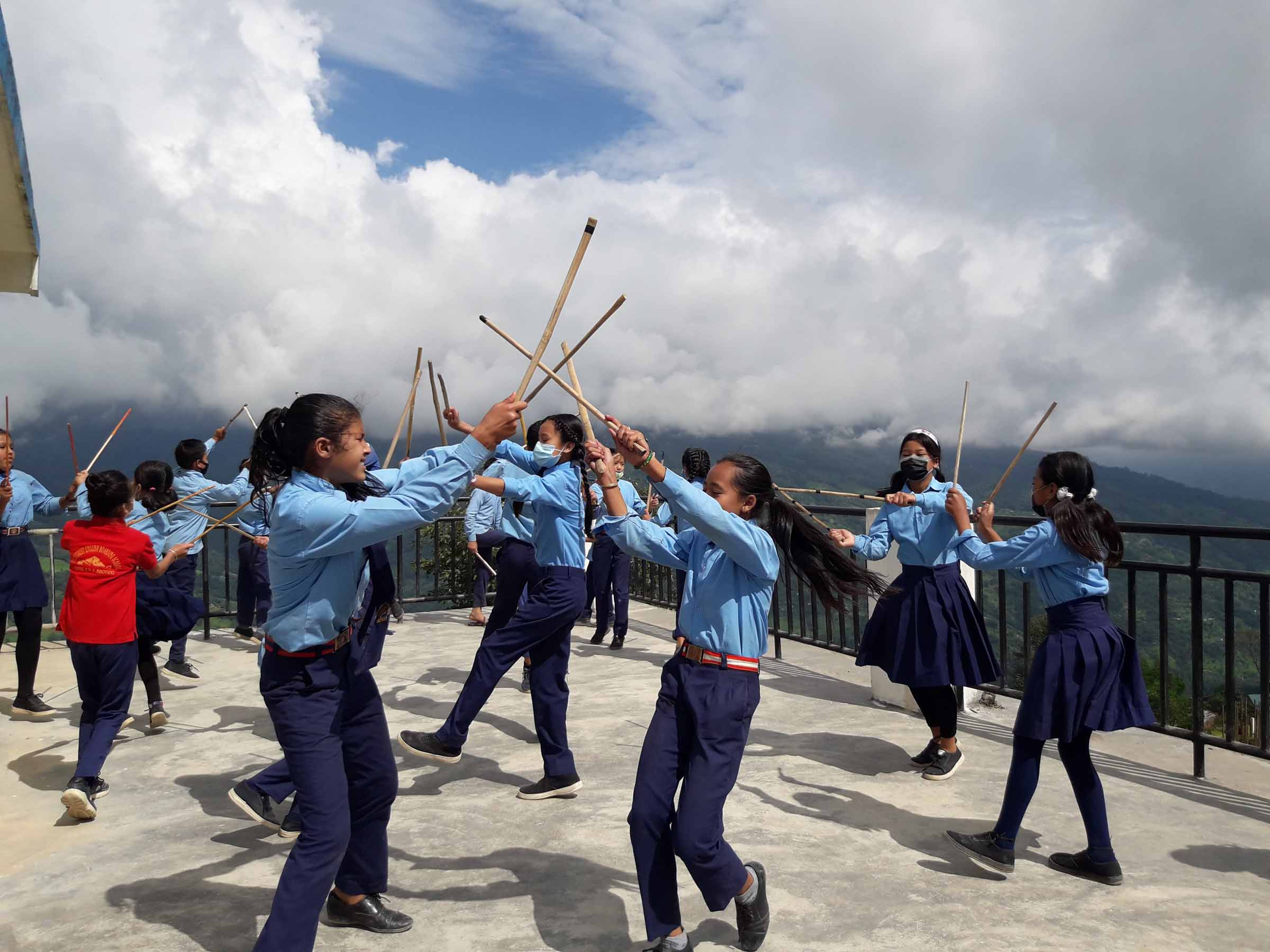 स्थानीय पाठ्यक्रममा रम्दै छात्र\छात्रा