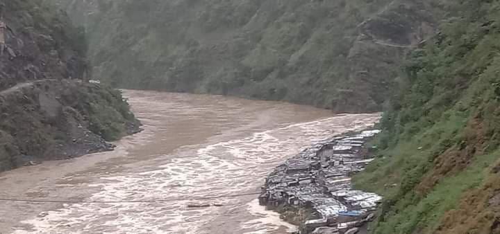 महाकाली नदीमा फसेका पाँच जनाको हेलिकोप्टरबाट उद्धारको तयारी