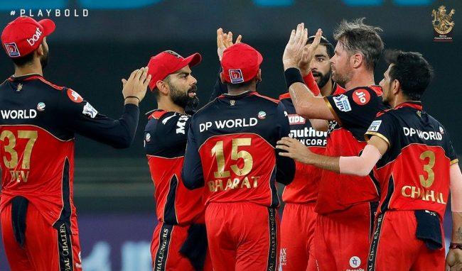बेंगलोरले दिल्लीलाई ७ विकेटले हरायाे, आईपीएल प्लेअफ समीकरण पूरा