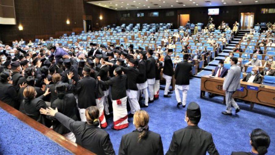 गोली हान्न पाइँदैन, जनता मार्न पाइँदैन भन्दै संसदमा एमाले सांसदको नाराबाजी