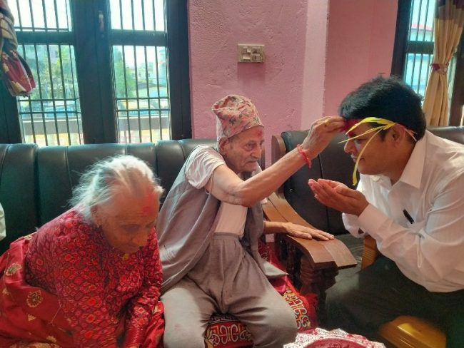 १०५ वर्षीय बृद्ध दम्पतीले लगाइदिए दसैंको टिका